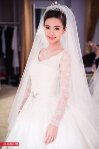 Angelababy-showed-off-her-bow-brooch-which-complem_506476